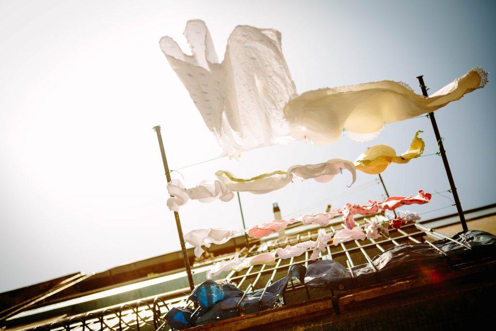 洗濯物の色移り事故【白物と色物は別々に洗いましょう!】